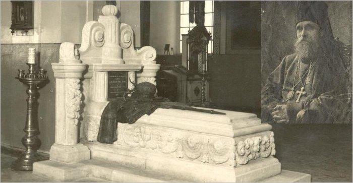 Епископ Платон (Павел Кульбуш) и памятник на его могиле, открытый в Преображенской церкви 18.01.1931.