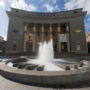 Самое «васильковое» место в Таллинне: площадь перед «Сыпрусом». Мотив василька повторен здесь в декоре фасада кинотеатра и в оформлении фонтана.