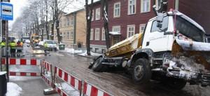 Теэстузе, 3 в Таллинне. Автомобиль ушёл под асфальт.