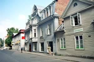 Двухэтажные жилые дома на улице Татари.