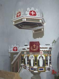 Подаренная Харью-Ристиской церкви баронами фон Раммами барочная кафедра украшена малым гербом Таллинна.