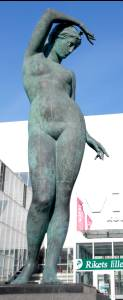Женский образ начала третьего тысячелетия – скульптура у входа в торговый центр Viru Keskus.