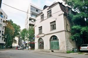 Дом № 13 на углу улиц Татари и Сакала.
