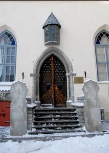 Двери Дома Братства Черноголовых.