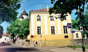 На стене этого дома памятная доска с надписью: «В этом доме жил в 1742-1752 гг. прадед А.С. Пушкина Абрам Петрович Ганнибал (1696-1781)».
