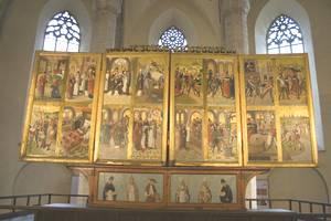 Алтарь состоит из 9 картин, одна неподвижна, а 8 - подвижные створки.