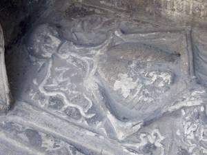 Присмотревшись к каменному скелету в нише кентоафа Мариинской капеллы церкви Олевисте, можно разглядеть и жабу на груди, и змею у изголовья.