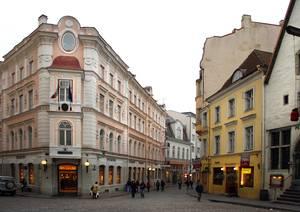 Эти дома построил ревельский купец Демин. Проект создал архитектор Кнюпфер.