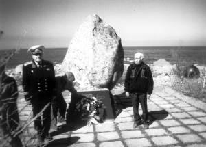К памятному камню приносят цветы. О трагедии на море рассказывают И.Меркулов (слева) и А.Трифонов.