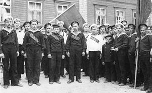 Матросы Отряда подводного плавания, вступившие в Ревельский ударный батальон смерти. В центре — добровольцы с подводной лодки «Ягуаръ». Март 1917 года. 2 х фото из собрания Владимира Верзунова