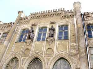 Две скульптуры украшают фасад: Святого Канута, чье имя носила гильдия, и Мартина Лютера.