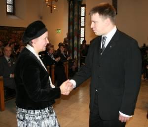 Издатель Валентина Кашина и мэр Таллинна Юри Ратас поздравляют друг друга.