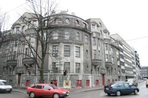 Это здание на углу Рауа и Крейцвальда было построено по проекту Карла Бурмана в 1913 году.