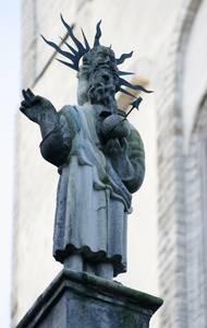 «Барочно-светская» фигура Иисуса над входом в церковь Нигулисте.