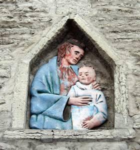 «Недетский» младенец Иисус и дева Мария над воротами Люхике-Ялг.
