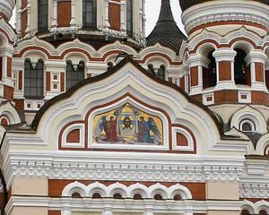 Выложенный мозаикой Спас Нерукотворный на западном фасаде собора Александра Невского.