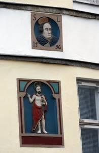 Полихромный рельеф дома по адресу Ратушная площадь, 18.