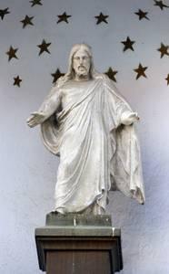 Христос над ведущими во двор костела воротами - копия классического образца.