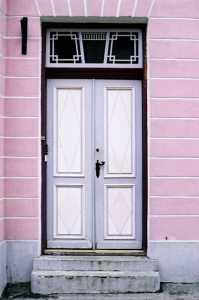 В наши дни роль дверей стала скромнее.