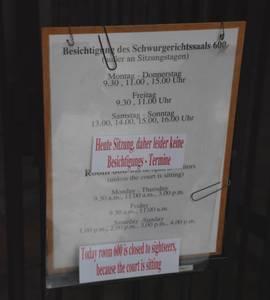 Специальная табличка извещает о днях и часах, отведенных для посещения зала, где проходил Нюрнбергский процесс.