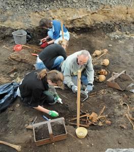 Работы в раскопе у здания банка на углу улицы Роозикрантси и бульвара Каарли, где со средних веков находилось кладбище «Санта-Барбара», еще непочатый край.