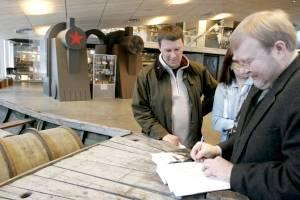 Подписывая презентованную книгу на борту музейного экспоната — лодке беженцев, Март Лаар указывает на тему своего следующего труда — исследования деятельности правительства Отто Тийфа и судьбы его участников.