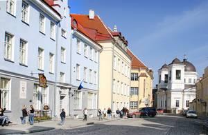 Названию этой улицы, возможно, около тысячи лет. За такое долгое время была она и Монастырской, и Оружейной, и Никольской. Однако местное эстонское население, по-видимому, всегда именовало улицу Вене (Русская).