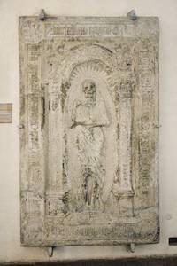 """амятная плита создана Михкелем Зиттовым в память о своем друге, городском враче Балливи, который вместе со своим семейством в 1520 году умер от чумы. Вокруг скелета - символа смерти - оригинальная надпись: """"Я умер дважды десять в 1500 году с женой и дважды двое детей""""."""