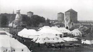 Полевой лазарет Американского Красного Креста на территории Ивангородской крепости в 1920 году. Фото из Библиотеки Конгресса США