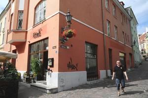В первой половине XV века Хансу Грузелю принадлежал дом на углу улиц Вене и Аптеэги.
