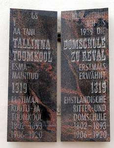 Мемориальная доска на улице Тоом-Кооли.