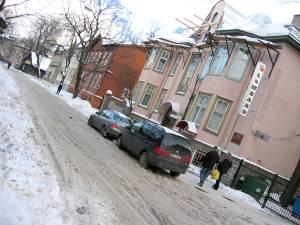 Улица Якобсона невелика: протянулась от Тартуского шоссе до улицы Гонсиори, куда выходит как раз напротив телецентра.