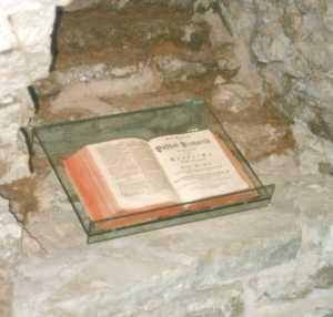 Библия XVIII века на фоне средневековой лестницы.