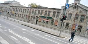 доль Пярнуского шоссе, за бывшим Домом печати, протянулось длинное двухэтажное здание, сложенное из бутового камня, в котором в течение столетия работала администрация фабрики Лютера, Таллиннского фанерно-мебельного комбината и затем Marlekor.