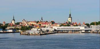 С острова Аэгна открывается прекрасная панорама на дальние шпили старого Таллинна.