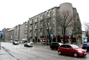 После завершения строительства дома № 3 был открыт угловой крупный продовольственный магазин «Киев». В девяностые годы его вытеснил пивной бар, сегодня здесь большой магазин спортивной одежды.