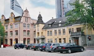 Мастер Маакер в 1820 году основал на этой улице свою красильную мастерскую, и она почти беспрерывно работает до сих пор.