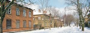 Выстроенные рядами двухэтажные, похожие на бараки деревянные дома образовали своеобразный микрорайон, названный линиями.
