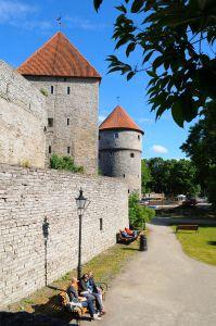 Начинаясь за улицей Рюйтли, протянулся юго-западный участок крепостной стены с башнями Кик-ин-де-кек, Нейтси (девичья)