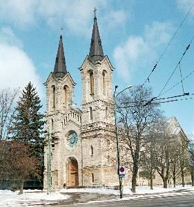 Самое удачное обращение к средневековым архитектурным стилям — сооружение в 1870 году Карловской церкви. Спроектировавший ее О.Гиппиус использовал мотивы романского стиля.