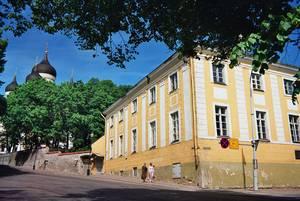 «Дом коменданта». На мемориальной доске на этом здании написано: «В этом доме жил в 1742-1752 гг. прадед А.С. Пушкина Абрам Петрович Ганнибал (1697-1781)».