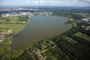 """Озеро Харку, которое, строго говоря, не должно относиться к Таллину, так как за пределами """"кольцевой"""" города.  Тень упала на район Ыйсмяэ."""