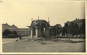 Даже снос летом 1922 года православной часовни не смогло отменить историческое название Русского рынка: площадью Виру он официально станет через четырнадцать лет.