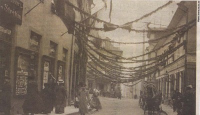 Нынешняя улица Пикк в сентябре 1910 года. На снимке слева — витрина магазина «Клуге&Штрем».