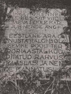 Мемориальная плита, установленная у постамента скульптуры скорбящей Линды 14 июля 1934 года.