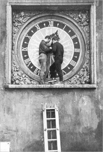 Перевод стрелок старейших таллиннскаих часов на церкви Пюхавайму