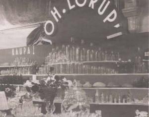 Продукция Стекольной фабрики Й. Лорупа на выставке-ярмарке эстонских товаров в 1937 году в зале таллиннской Большой гильдии.