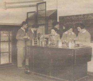 Еврейские гимназисты на уроке химии. Фото тридцатых годов прошлого века.