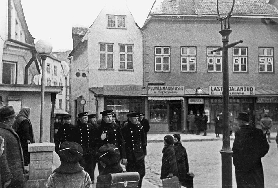 Cоветские моряки, в центре буржуазного Таллина. 14 октября 1939 года.