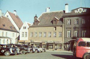 Рядом с улицей Аптечной.  Ратушная площадь с запаркованными автомобилями. Фото:  Йоханнеса Койтметса. Таллинн, 1939